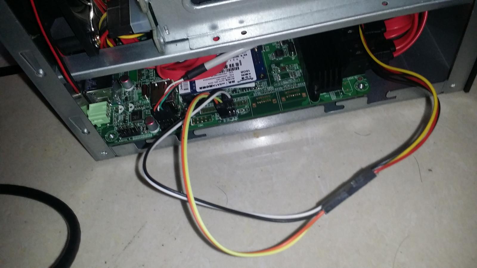 为了判断硬盘状态,还用这种奇葩方法把机箱前面的电源灯换成了硬盘等,因为机箱前面板没有硬盘灯